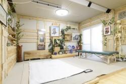 施術スペースとベッド